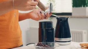 Read more about the article How To Grind Coffee Beans With And Without A Grinder
